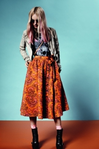 This Skirt combo makes me want to grab my guitar and start playing in the park love this